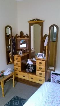 Stunning Yellowwood and Imbuia Bedroom set very good condition
