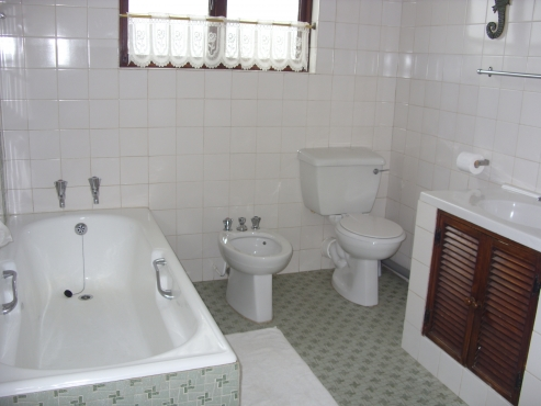 SEA VIEW 3 BEDROOM 2 BATHROOM FLAT TAKES UP ENTIRE TOP FLOOR ST MICHAELS-ON-SEA SHELLY BEACH UVONGO FROM R100 PPPN