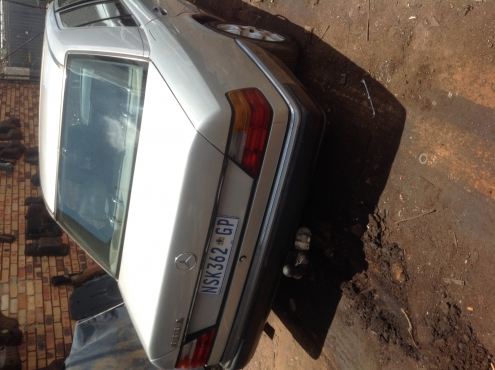 Stripping Mercedes-Benz W124 1991 for Spares