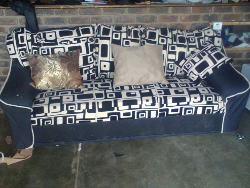 Black and brown couch with 4 free scatter cushions