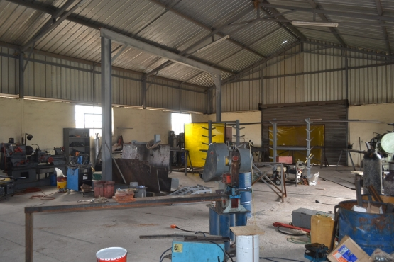 Industrial workshop with shops and  a party rental income if needed