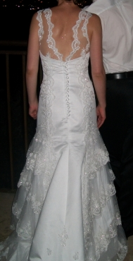 EXCLUSIVE DESIGN SIZE 32 WEDDING DRESS R5000.00 (COST R13000)