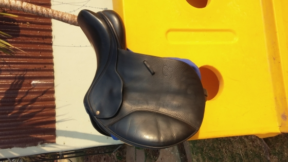 Black jumping saddle (old shape), air pockets still in tact, 16interchangeable gullet