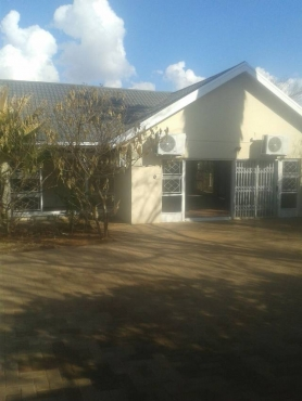 spacious 4 bedroom house with 3 bedroom flat Bayswater Bloemfontein North for sale
