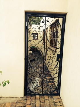 Strong security gate in wrought iron and steel installed urgently