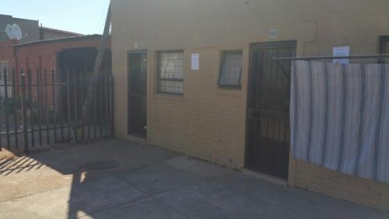 Bachelor flat to-let near McDonalds Krugersdorp