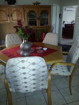 OAK DININGROOM TABLE WITH 5 CHAIRS & WALL UNIT | Junk Mail