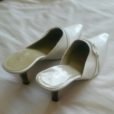 White Size 6 High heels newish