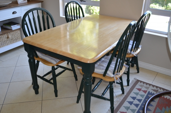 Diningroom table with 4 chairs