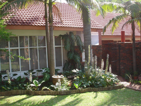 Newly Painted, Large Family Home With One Bedroom Flatlet And Domestic Quarters in Lynnwood Glen