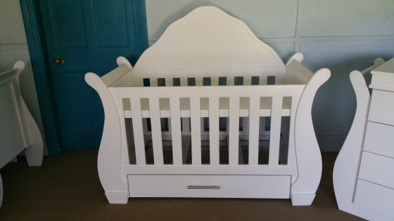 Baby cot with headboard and compactum