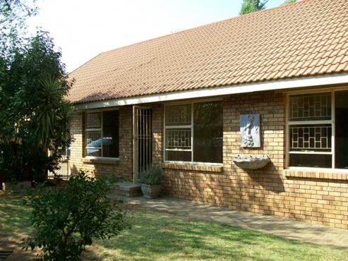 3 bedroom Townhouse for sale in Langenhovenpark, Bloemfontein