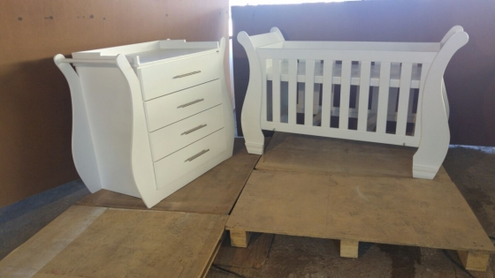 Affordable baby cot and compactum - SUR09