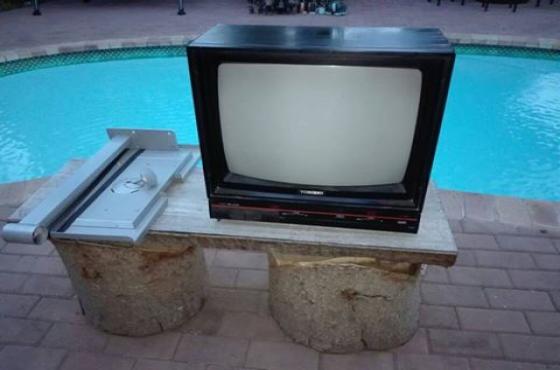 Kleur tv sonder remote met wall bracket