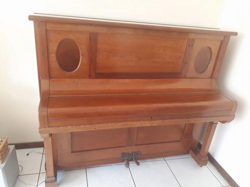 Beautiful Göss & Kallmann piano