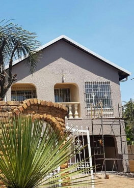 6 bedroom family home with sparkling pool. avail immediately