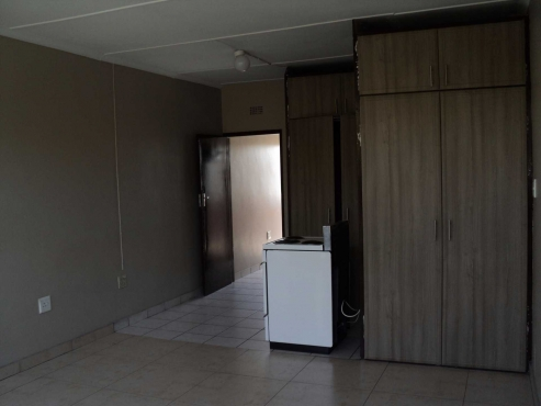 Craighall Park open plan bachelor flat on Jan Smuts Avenue, Rental R4800 bathroom and kitchen