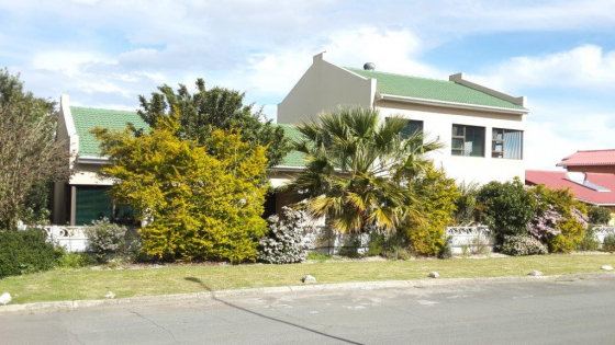 Spacious and stylish open plan house in Heuningkloof Kleinmond for sale.