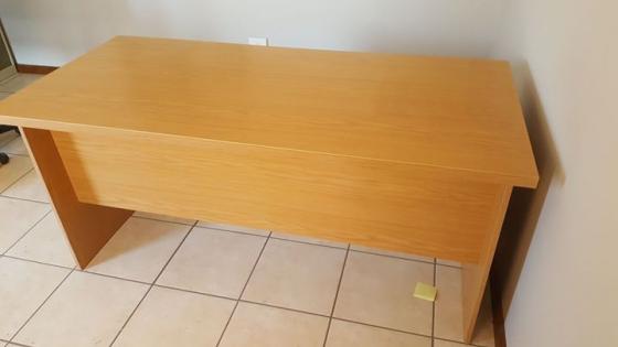 Twee Kantoor Tafels met 2 kantoor stoele