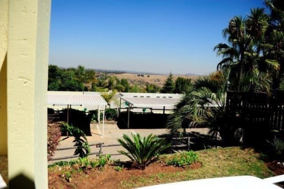 Waterkloof Villa: 2 Bedroom, super view, furnished, security complex, ideal for professional persons
