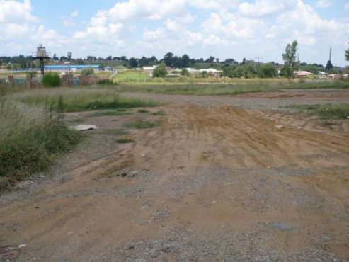 2 Bordering Vacant Stands In Prime Spot