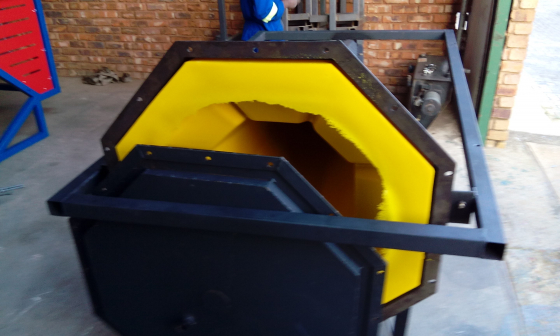 Plastic product manufacturing machine