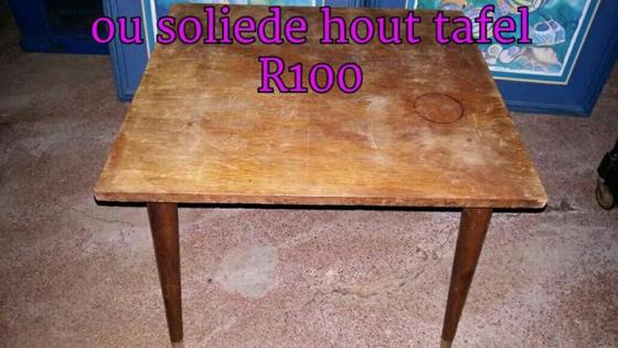 Ou soliede hout tafel