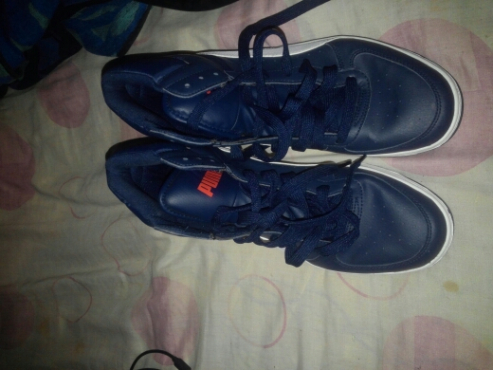 am selling phone and shoes snikers. guess jean