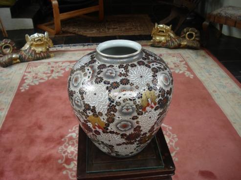 Beautiful hand painted Satsuma Japanese Ornamental Vase