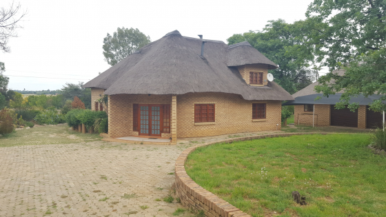 Loverly 3 Bedroom Thatch house to rent in Marister Benoni