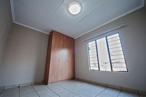 10 Megan Lee - Groundfloor 3 bedroom Unit with garden.