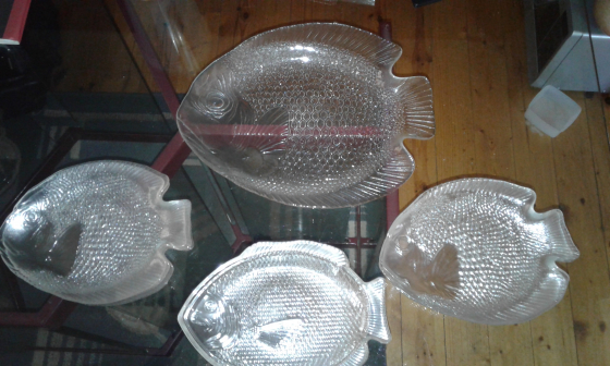 Fish big serving dish plus 2 smaller side dishes  and 6 fish plates