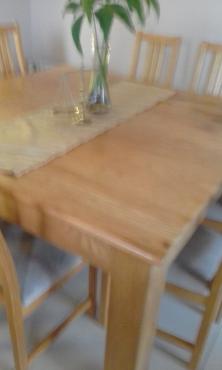 Eike eetkamer stel,vierkantige tafel met 8 stoelle en biffet