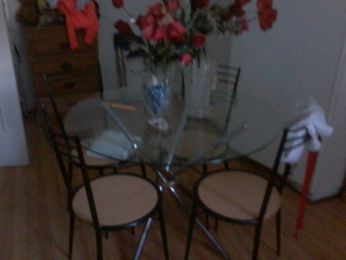 A kitchen round table and chairs