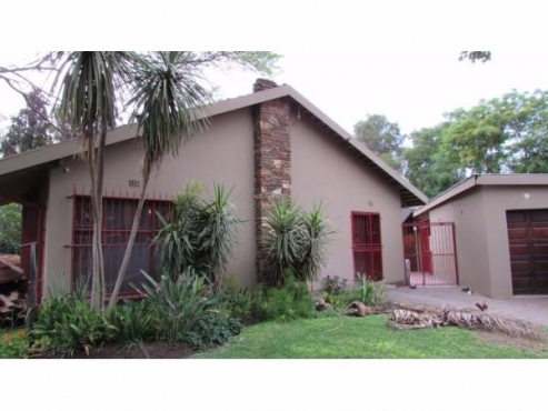 Charmant 3 Bedroom 2 Bathroom House With Study, Pool And 1 Bedroom Granny Flat