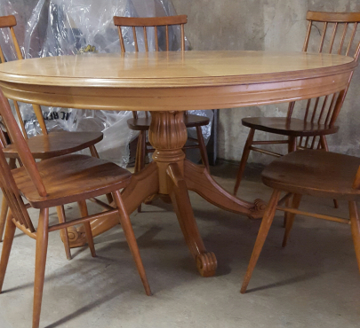 Beautiful round diningroom table only