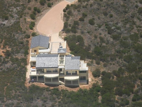 PINNACLE POINT Multi story mansion with top of the range everything that one could desire.
