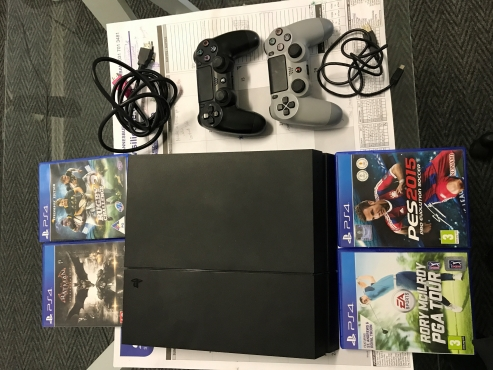 playstation 4 with 2 x remotes