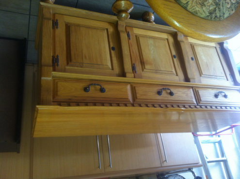 Solid  oak 8 seater dining room suit with sideboard. Beautifull carved finishing