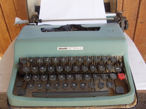 Olivetti - Lettera 32 Typewriter - in excellent condition with carry case