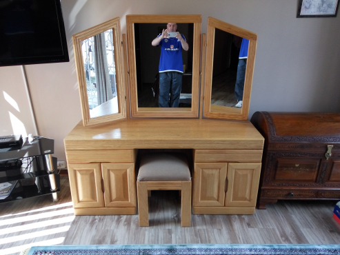 Solid Oak Dressing Room Table and chair Mint condition or Offers