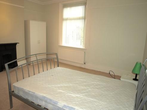Rosebank communal room to rent in house on Jan Smuts Avenue Rental R2800 all incl