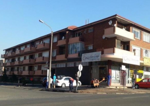 Edenvale Central open plan bachelors flat on Van Riebeeck for R3500 pre-paid electricity secure base
