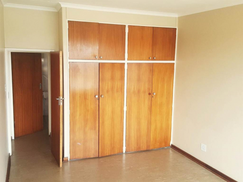 Rosettenville 3bedrooms, bathroom, kitchen, lounge, parking R380p/m Conventional electricity