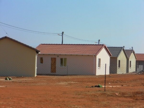 Protea Glen Ext 20 2bed house bathroom, kitchen, lounge Rental R2700 pre-paid electricity