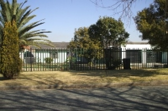 Boksburg Neat 3 Bedroom house with Granny Flatlet, Double Garage, Carport & Motorized Gate & Garage