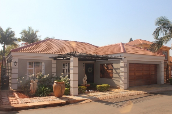 Furnished 3 bedroom house with double garage pool in for Garage with accommodation