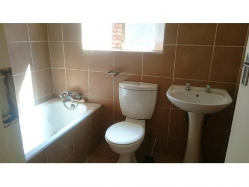 Sandton studio townhouse near Village Walk with bath no shower Rental R4500
