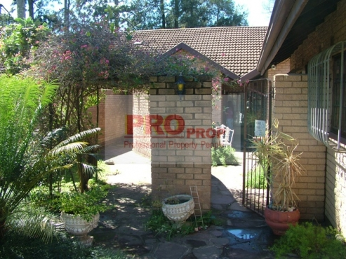 SPACIOUS 3 BEDROOM SIMPLEX IN KLOOF with Communal Pool and Tennis Court