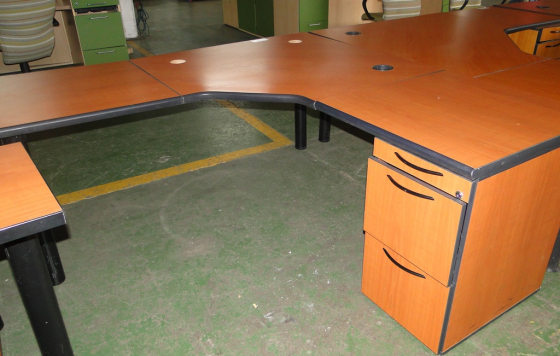 Lovely Light Cherrywood & Oak L-Shape Desk/Workstations with Drawers in Pristine Condition R1600